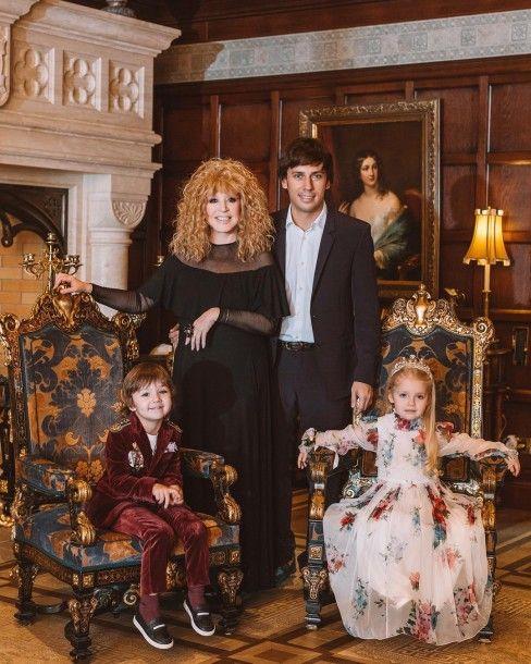 В королевском стиле: семейное фото Максима Галкина и Аллы Пугачевой впечатлило поклонников, картинка, фото, изображение