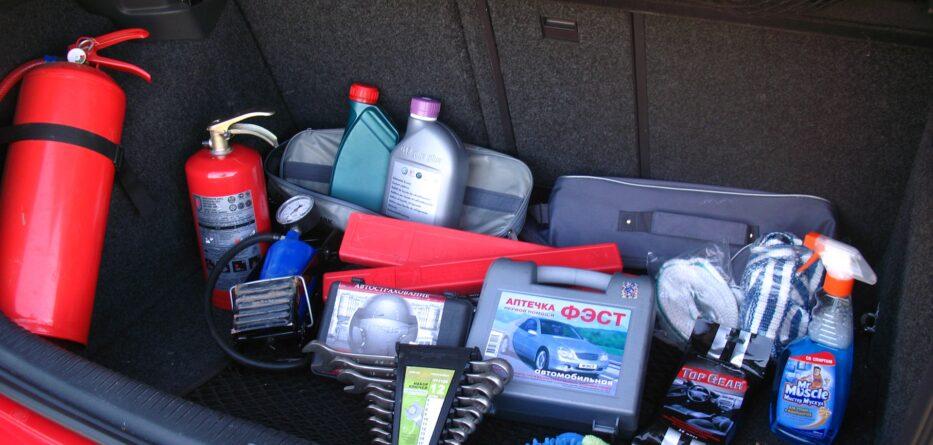 Нужные вещи в багажнике машины